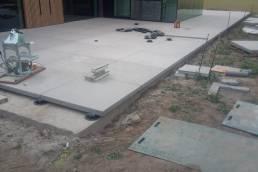Aanleg terras en plaatsen keerwanden